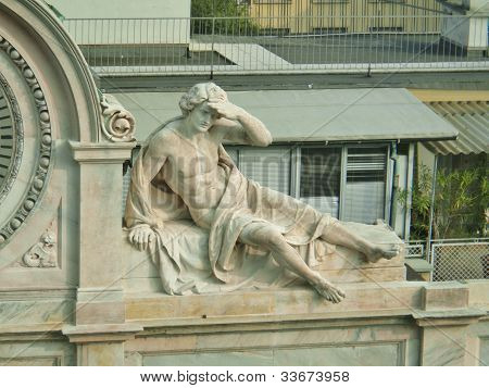 Detalle de la arquitectura, la escultura clásica del hombre