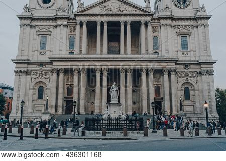 London, Uk - October 09, 2021: People Walking In Front And Sitting On The Stairs Of St. Pauls Cathed