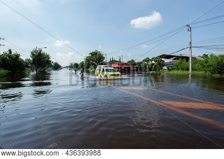 01,oct,2021,lopburi Thailand, Cars Driven On Roads Flooded During The Worst Floods In A Decade In Th