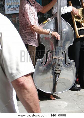 Bass Geige Spieler in Steet band