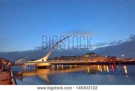 The Samuel Beckett Bridge in night time