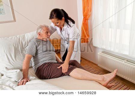 Krankenschwester in Pflege für ältere Menschen