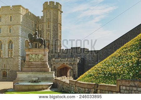 Windsor, Uk - April 2018: King Charles Ii Statue At The Upper Ward And The Quadrangle Of Windsor Cas