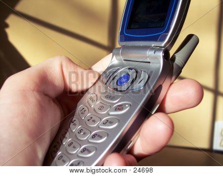 Tenant le téléphone cellulaire