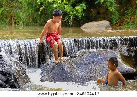 Penampang,sabah,malaysia-oct 29,2016:kadazan Dusun Kids Playing The Water In The River At Penampang,