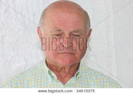 Homem idoso solitário triste
