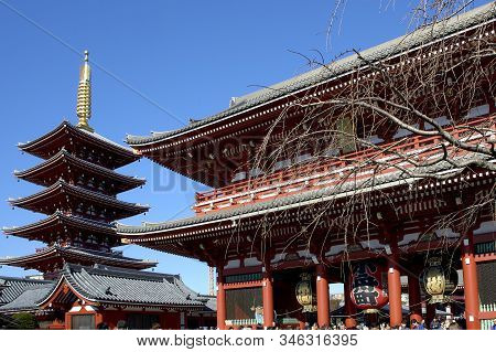 Many Travelers At The Entrance Of Sensoji Temple