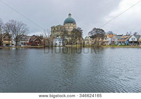Milwaukee, Wi/usa -november 29, 2019: Kosciuszko Park Pond And Landmark Saint Josaphat Basilica In L