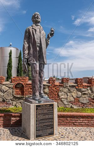 Carlsbad, California, Usa - September 22, 2019: Bronze Statue Of Captain John F. Frazier With Red Br
