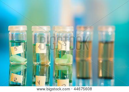 Tres muestras en frascos plásticos para microscopia y tejido de la biopsia. Laboratorio biológico.