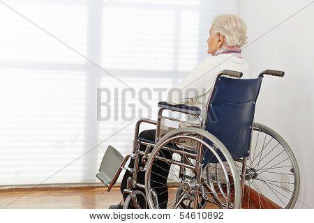 Mulher de idoso solitário em cadeira de rodas em uma casa de repouso