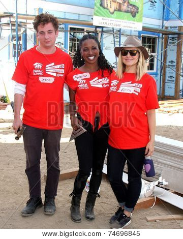 LOS ANGELES - OCT 25:  Jeremy Allen White, Shanola Hampton, Kristen Bell at the Habitat for Humanity build by
