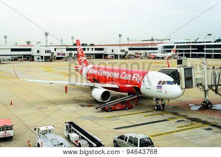 Bangkok Thailand - June 23, 2015: Airliner Air-asia Maintenance Checking During Refueling And Loadin