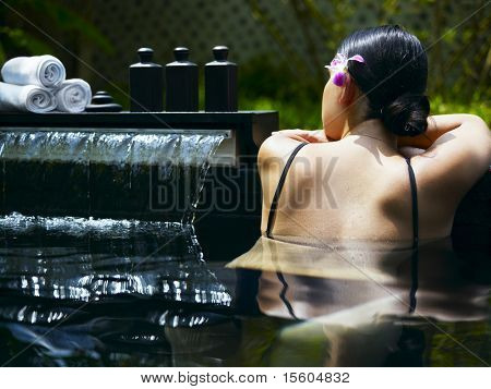 Frau immer Spa-Behandlung im tropischen resort