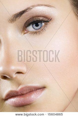 Frau mit perfekten natürlichen Make-up