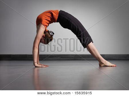 молодая красивая женщина делать упражнения йоги