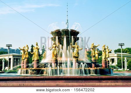 Moskau, Russia - July 22, 2016: The Friendship of Nations fountain. View at VDNH exhibition with blue sky and clouds in Moscow, Russia.