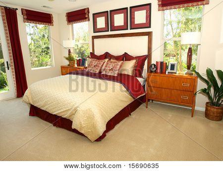 Elegantes Schlafzimmer in Rottönen
