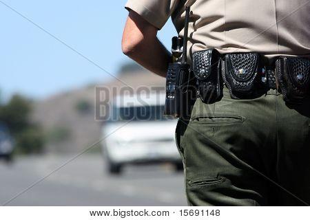 Un policier contrôlant le trafic