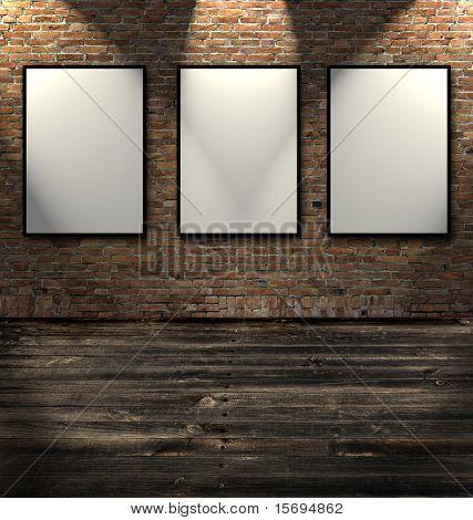 drei leere Rahmen in einem Raum gegen eine weiße Mauer