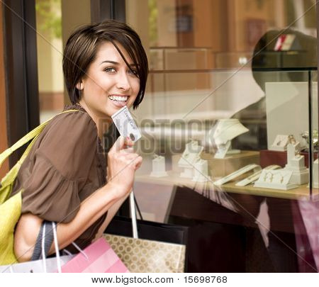 Mujer feliz de compras con su tarjeta de crédito