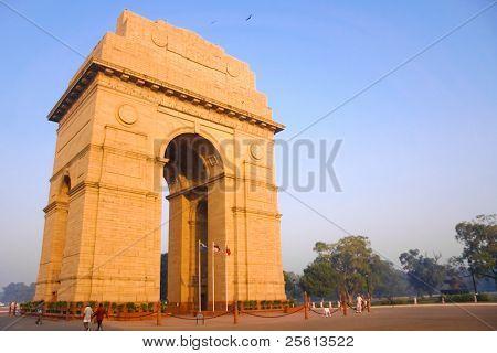 DELHI - Oktober 28: India Gate mit wachen vorne am 28. Oktober 2007 in Delhi, Indien. Commemorati