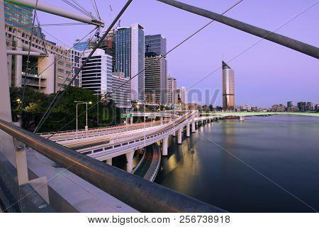 Brisbane, Australia - Saturday 18Th August, 2018: View Of Kurilpa Bridge And Brisbane City In The Da