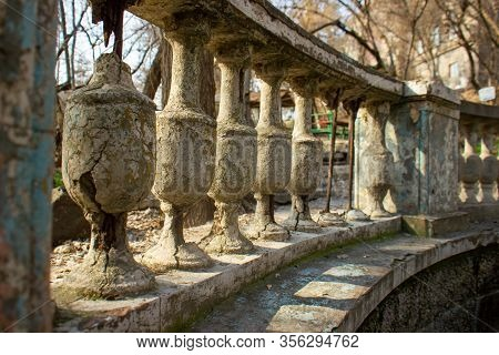 Old Stone Pillars In The Park, Sone Pillars Background
