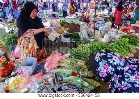 Beaufort,sabah-feb 7,2020:busy People Buying In Local Market Called Tamu In Beaufort,sabah Borneo,ma