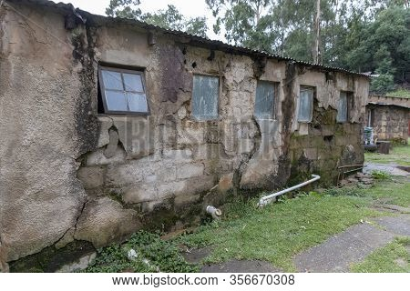A Picture Of An Old Building That Is Unoccupied