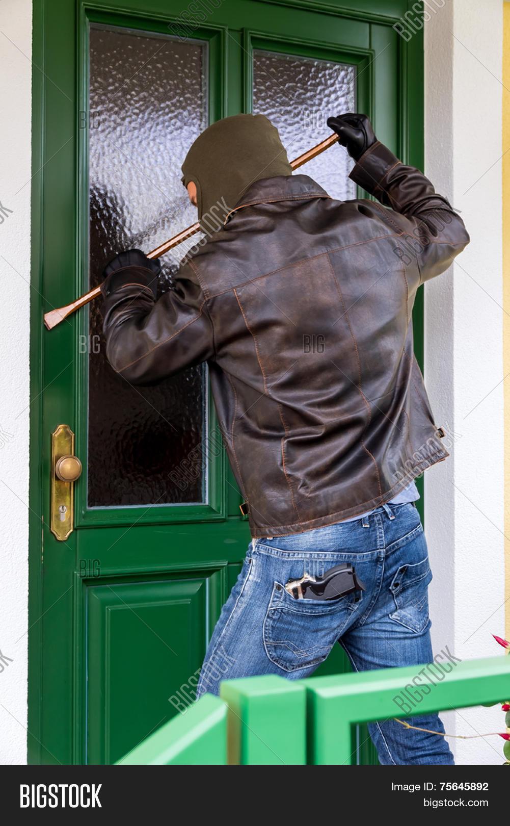 можно ситуативная картинка человек звонит в дверь обладает средней зимостойкостью