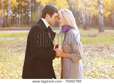 Love, Couple, Relationship And Engagement Concept - Man Proposing To A Woman In The Autumn Park, Sen