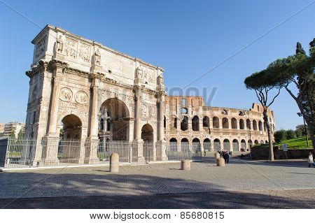 Rome, Italy - January 21, 2010: Colosseum And Arch Of Constantine