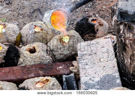 melt Brass were dissolved He was put into a mold.