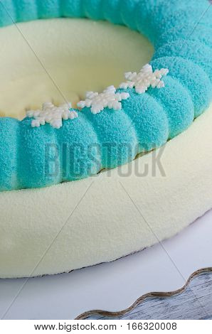 chocolate velour blue and white mousse cake with snowflakes)