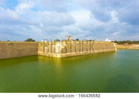 Jaffna Fort Exterior Rampart Moat Tourists H