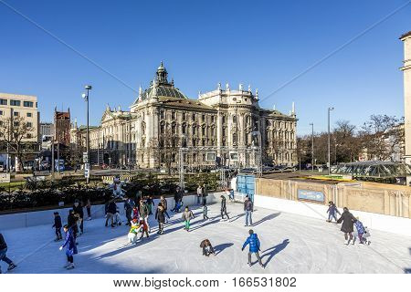 People Enjoy The Munich  Eiszauber