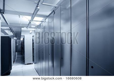 interior de centro de servidor de comunicación en tono azul