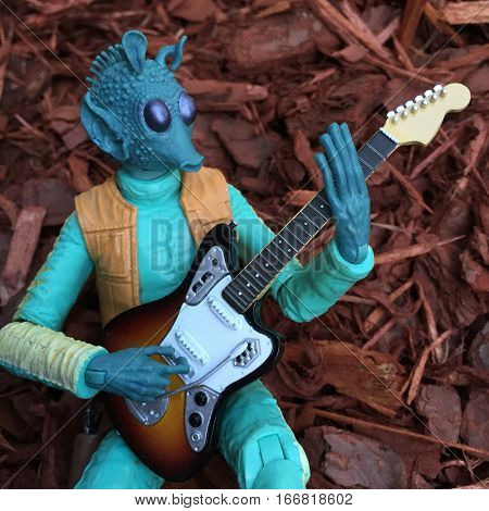 Star Wars bounty hunter Greedo playing an electric guitar - Hasbro Black Series 6 inch action figure