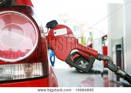 primer plano de volver a llenar el coche con una bomba de gas