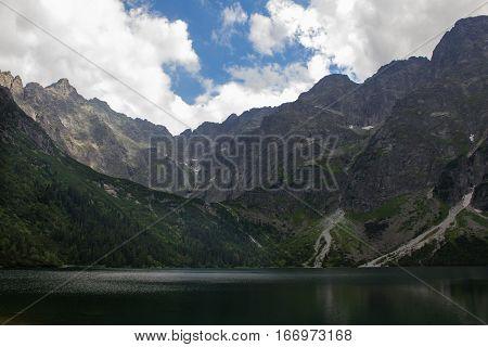 Tatry, Morskie oko, w oddali szczyty pokryte chmurami