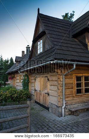 Zakopane, drewniany zabytkowy góralski dom kryty gontem