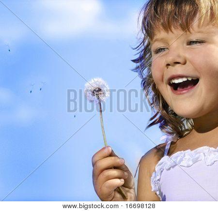 kleine meisje close-up portret met paardebloem