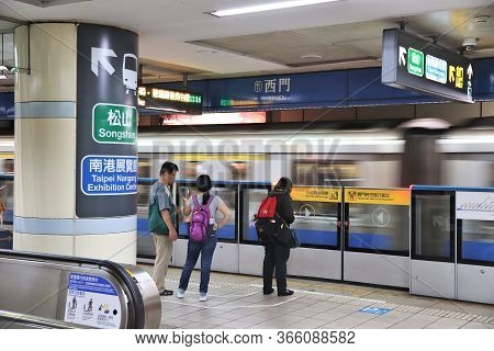 Taipei, Taiwan - December 4, 2018: People Wait For A Metro Train In Taipei. Taipei Mass Rapid Transi