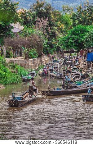 Canton De Nyaungshwe, Shan, Myanmar. July 31, 2019: Inle Boat Station In Inle Nyaung Shwe Canal In B