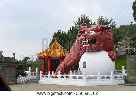 Sun Moon Lake, Taiwan- November 15, 2019: A Chinese Guardian Lion At The Main Entrance Of Wen Wu Tem