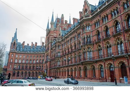 London, Uk: Dec 2, 2017: A General Scene Of The Frontage Of St. Pancras Railway Station In London.