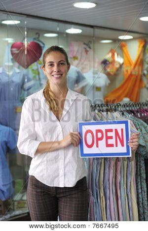 Detailhandel: Shop-Besitzer mit open Schild