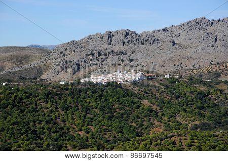 White village in mountains, Parauta.