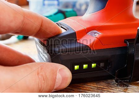 Check the battery level of the screwdriver